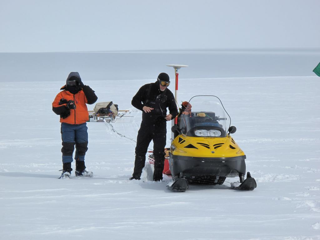 "Erin Pettit (left) and Rob Bauer (right) operate the radar sled during the 2009/2010 LARISSA expedition (<a href=""/cryosphere/gallery/photo/33962"">View photo detail.</a>) <br>"