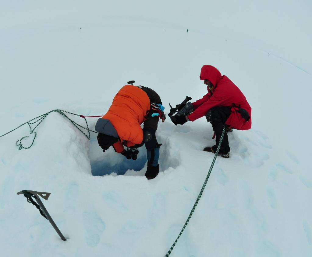 "Two members of the LARISSA team film an ice fracture in Antarctica (<a href=""/cryosphere/gallery/photo/33930"">View photo detail.</a>) <br>"