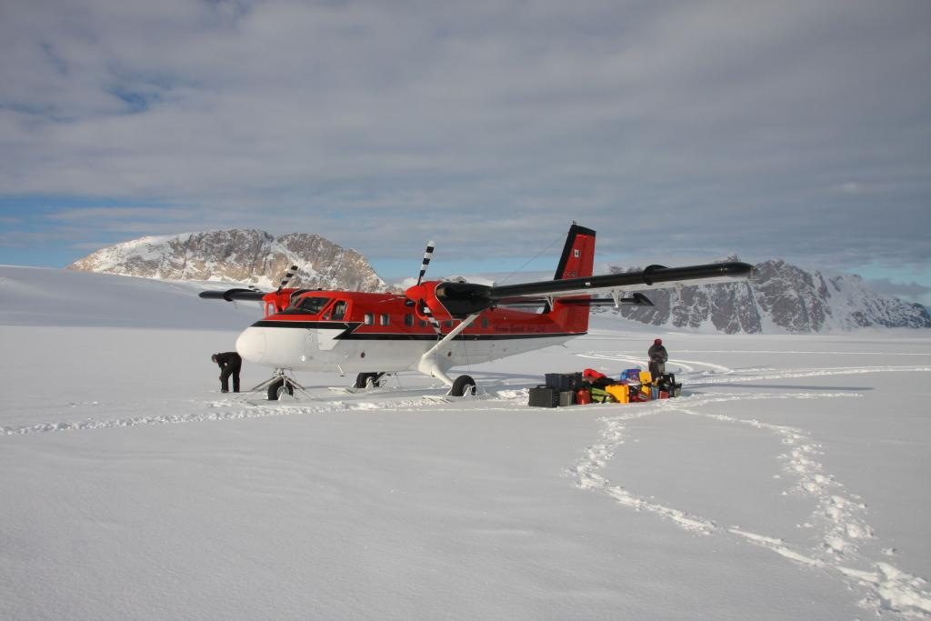 "Researchers get dropped off on a glacier during the 2009-2010 LARISSA expedition (<a href=""/cryosphere/gallery/photo/33001"">View photo detail.</a>) <br>"