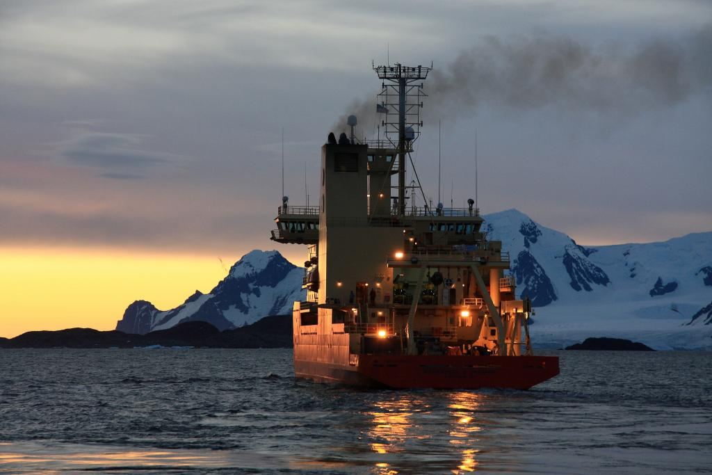 "A night-time view of the N.B. Palmer, during the 2009-2010 LARISSA expedition (<a href=""/cryosphere/gallery/photo/33929"">View photo detail.</a>) <br>"
