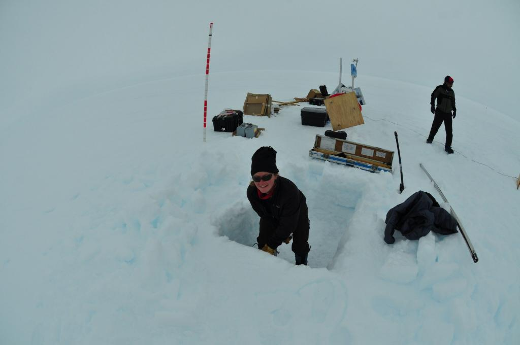 "Erin Pettit (UAF) digs a snowpit during the LARISSA expedition in Antarctica (<a href=""/cryosphere/gallery/photo/33916"">View photo detail.</a>) <br>"